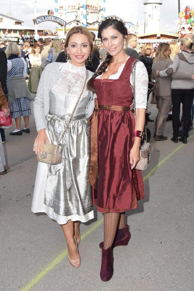 Mit Dirndldesignerin Kinga Mathe (c) Petra Schönberger