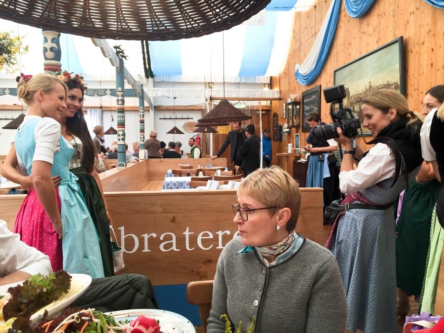 Posing für die Presse mit Designerin Sonja Kiefer