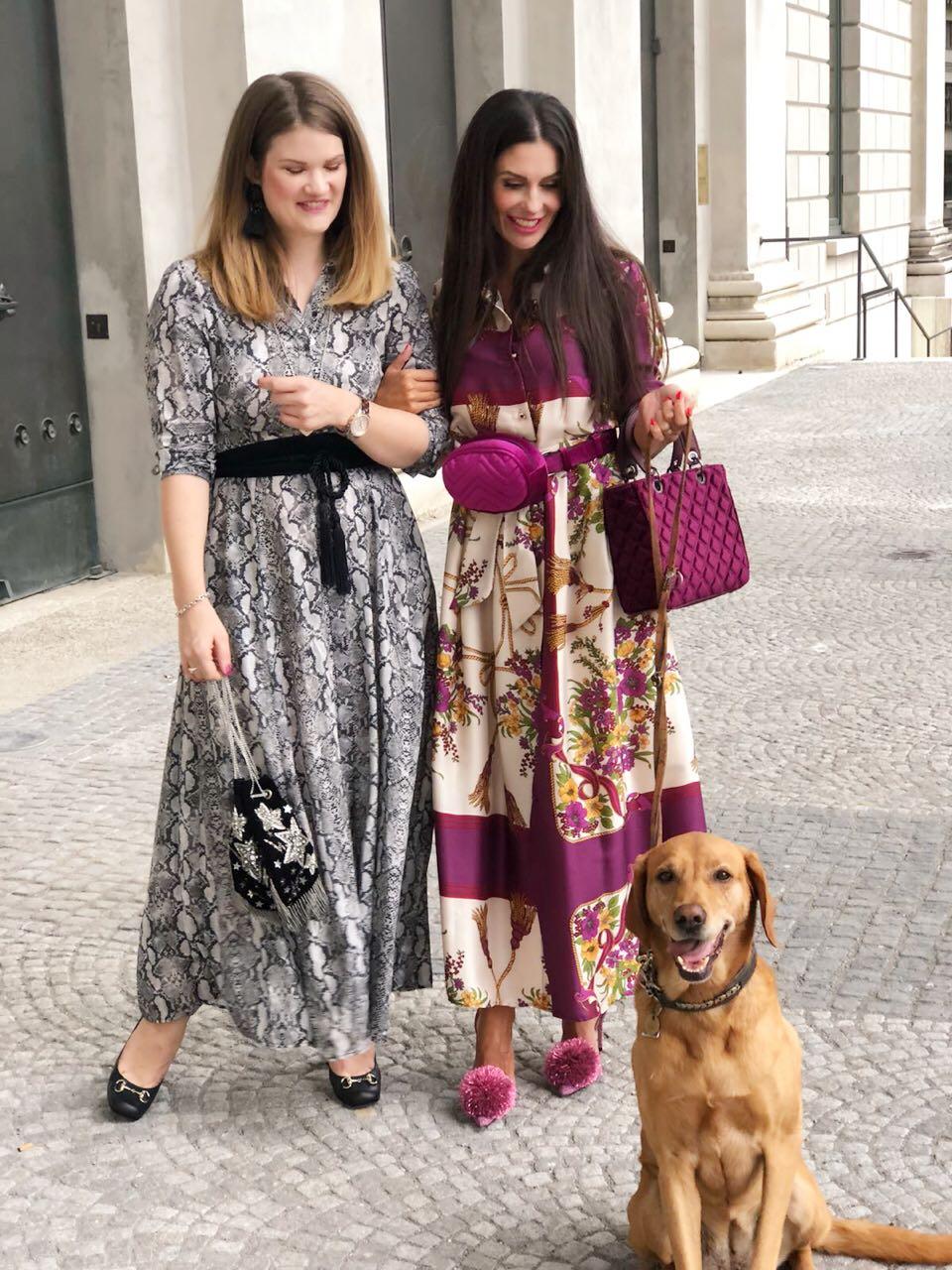 Rebekka trägt ein Maxidress von Zara mit Schlangenprint