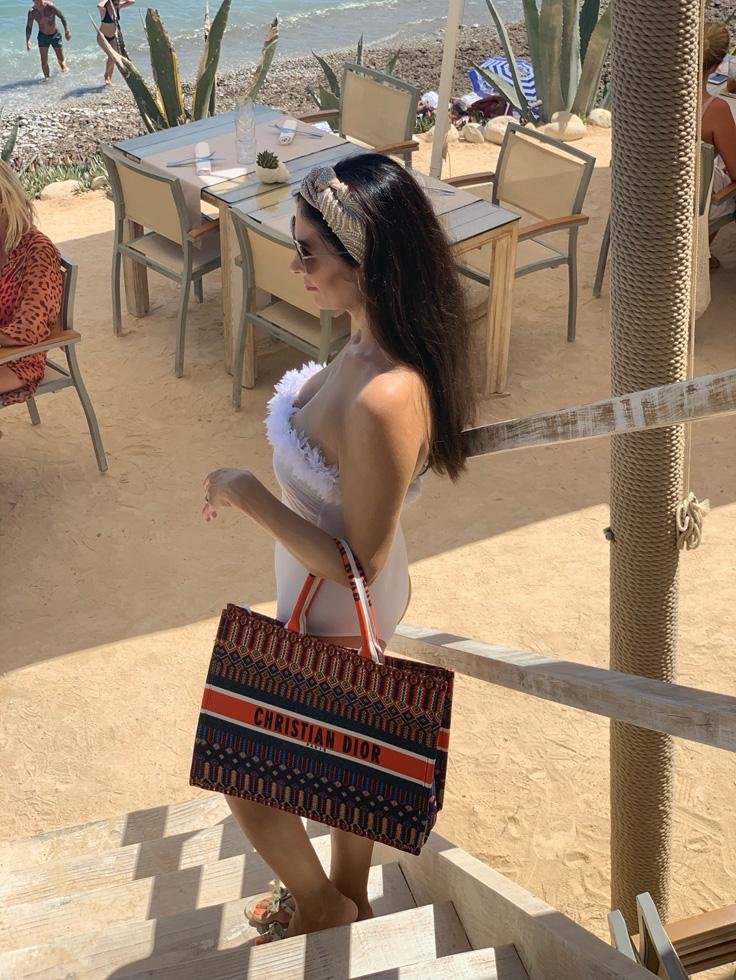 Die Strandtasche ist von Dior
